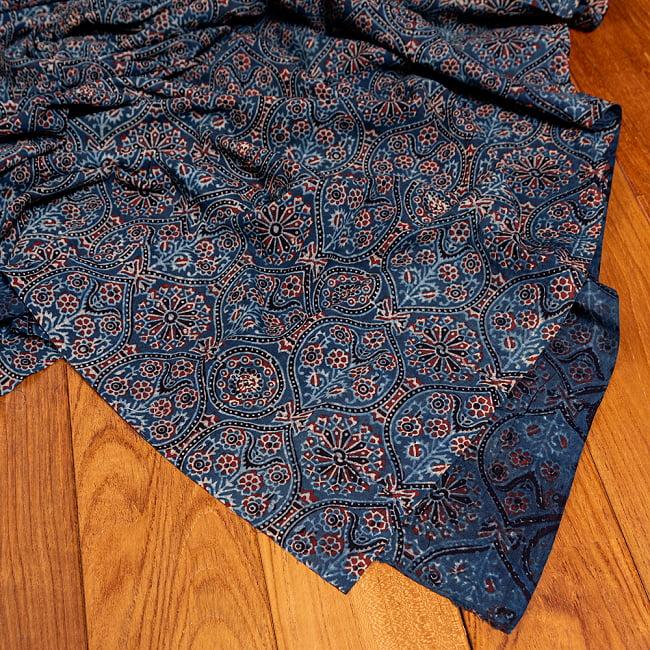 〔約3.8m 長尺布】伝統息づくインドから 昔ながらの木版藍染めアジュラックデザインの伝統模様布〔横幅:約110cm〕 5 - 拡大写真です。雰囲気ある、このムラはハンドメイドにしか出せません。