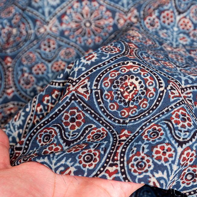 〔約3.8m 長尺布】伝統息づくインドから 昔ながらの木版藍染めアジュラックデザインの伝統模様布〔横幅:約110cm〕 6 - 生地の拡大写真です