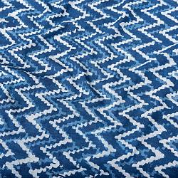 〔1m切り売り〕伝統息づく南インドから 昔ながらの木版インディゴ藍染布 - 波模様〔横幅:約113cm〕