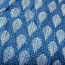 〔1m切り売り〕伝統息づく南インドから 昔ながらの木版インディゴ藍染布 - リーフ模様〔横幅:約115cm〕