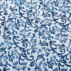 〔1m切り売り〕伝統息づく南インドから 昔ながらの木版インディゴ藍染布 - 更紗模様〔横幅:約113.5cm〕