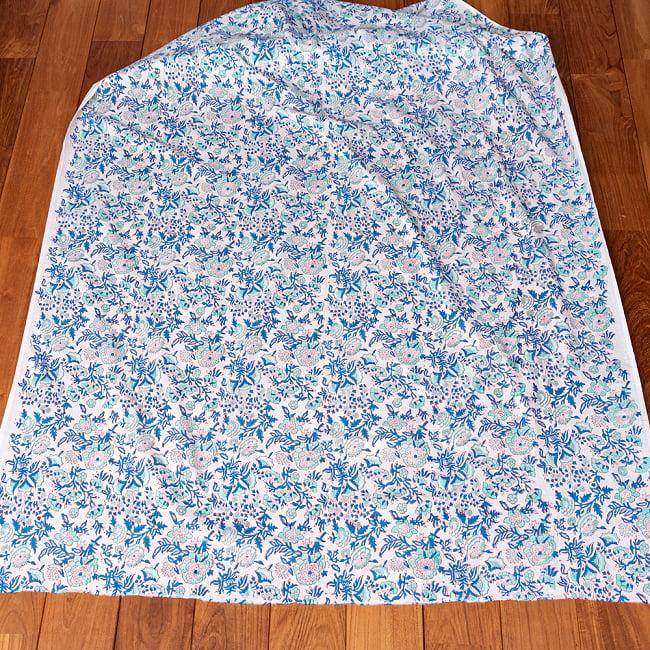 〔1m切り売り〕伝統息づく南インドから 昔ながらの木版染め更紗模様布 - ホワイト系〔横幅:約115cm〕 3 - 全体を広げてみたところです。1mの長さごとにご購入いただけます。