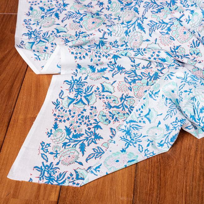 〔1m切り売り〕伝統息づく南インドから 昔ながらの木版染め更紗模様布 - ホワイト系〔横幅:約115cm〕 5 - 縁部分の写真です。雰囲気ある、このムラはハンドメイドにしか出せません。
