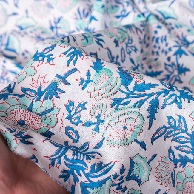〔1m切り売り〕伝統息づく南インドから 昔ながらの木版染め更紗模様布 - ホワイト系〔横幅:約115cm〕 6 - 生地の拡大写真です