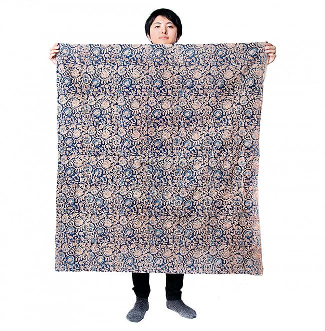 〔1m切り売り〕伝統息づく南インドから 昔ながらの木版染め更紗模様布 - ホワイト系〔横幅:約115cm〕 7 - 類似サイズ品を1m切ってみたところです。横幅がしっかりあるので、結構沢山使えますよ。