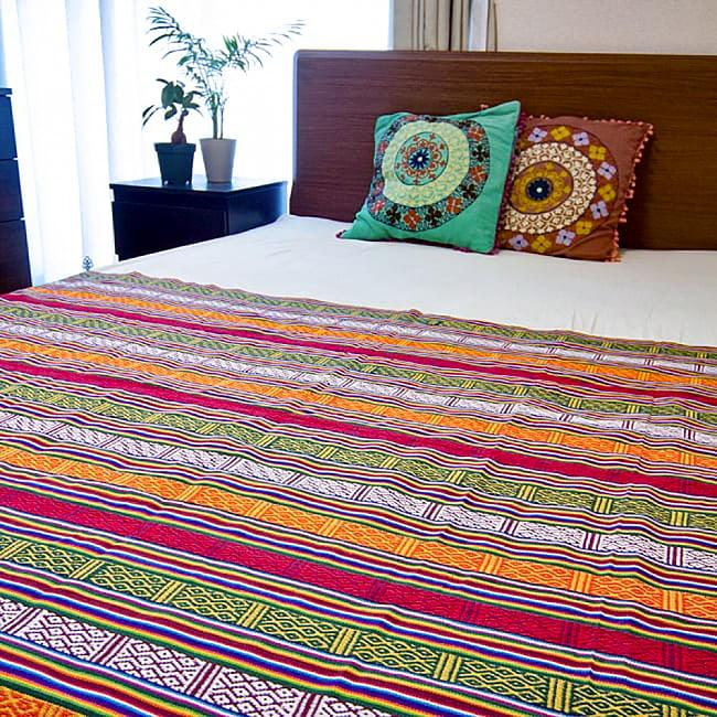 〔テーブルクロスサイズ〕ネパール織り生地のマルチクロス - 154cm x 200cm 5 - 同種の生地をベットカバーとして用いた例になります。