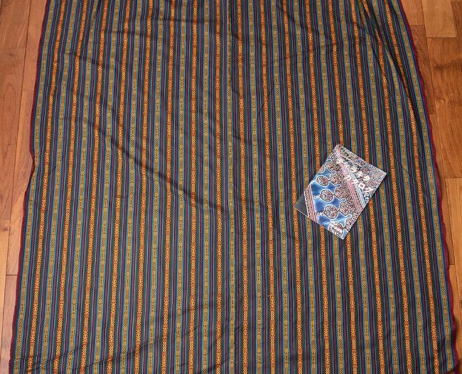 〔50cm切り売り〕ネパール伝統のコットン織り生地 薄手〔幅150cm〕 7 - A4の冊子と大きさを比較してみるとこれくらいになります。