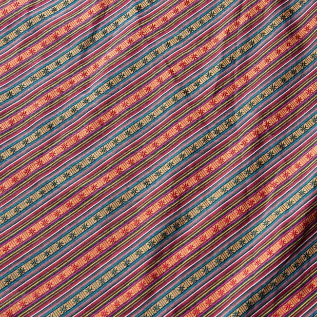 〔50cm切り売り〕ネパール織り生地-薄手-マルチカラー系〔幅150cm〕 2 - デザインが分かるように斜めから撮影してみました。また、端の縫製はこのようになっております。