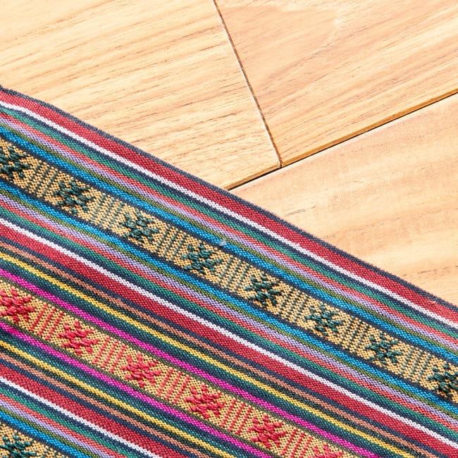 〔50cm切り売り〕ネパール織り生地-薄手-マルチカラー系〔幅150cm〕 4 - 手にとって見ました。ざっくりとした手触りと軽やかな厚みです。