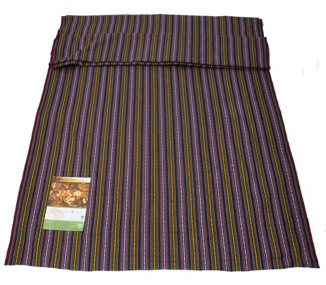 〔50cm切り売り〕ネパール織り生地-薄手-マルチカラー系〔幅150cm〕 6 - 幅150cmというとこれくらいの大きさです。A4サイズの冊子と大きさを比較してみました。(こちらは同種類の別の色の商品です)