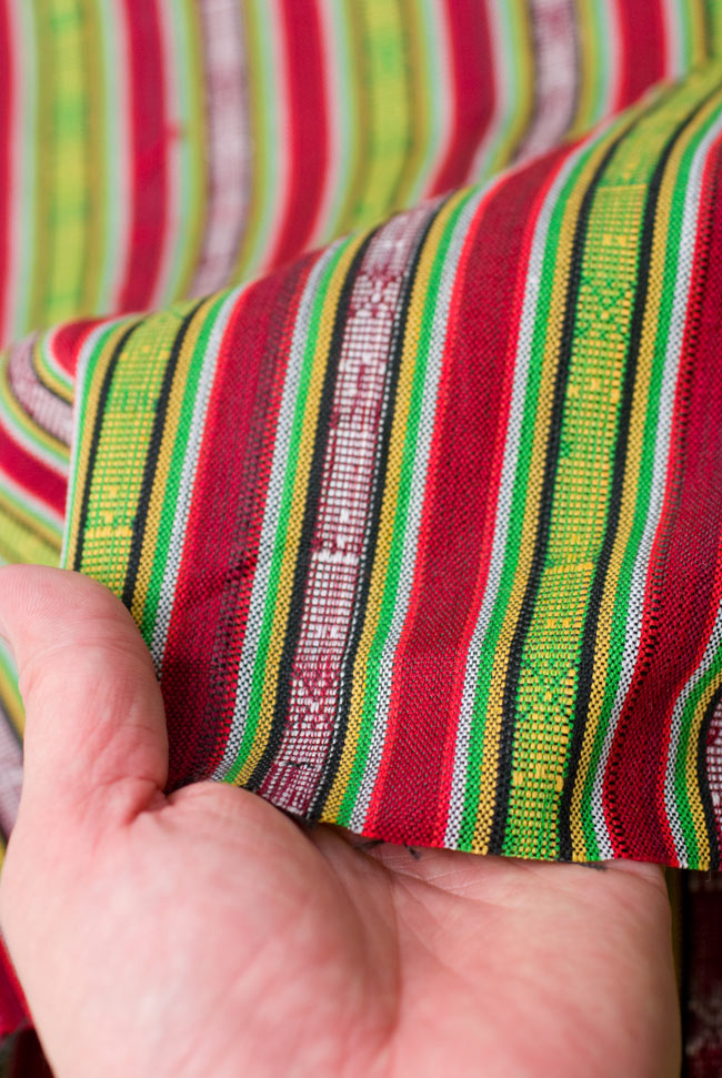 〔50cm切り売り〕ネパール織り生地-薄手〔幅155cm〕の写真4 - 手にとって見ました。ざっくりとした手触り魅力的で、適度な厚みがあります。しっかりした作りです。