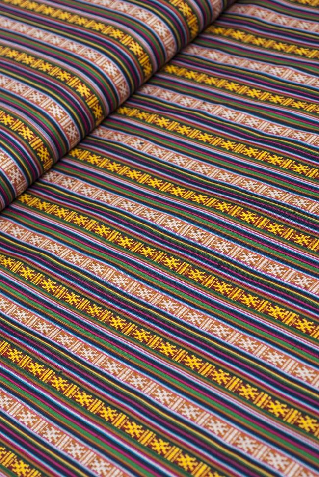 〔50cm切り売り〕ネパール織り生地-薄手〔幅155cm〕の写真2 - デザインが分かるように斜めから撮影してみました。また、端の縫製はこのようになっております。