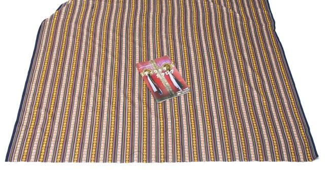 〔50cm切り売り〕ネパール織り生地-薄手〔幅155cm〕の写真6 - A4サイズの冊子と大きさを比較してみました。大きさのご参考にどうぞ。