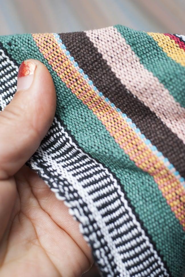 〔50cm切り売り〕ネパール織り生地-厚手〔幅120cm〕 4 - 手にとって見ました。ざっくりとした手触り魅力的で、適度な厚みがあります。しっかりした作りです。