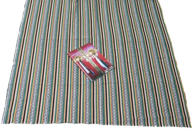 〔50cm切り売り〕ネパール織り生地-厚手〔幅120cm〕 6 - A4サイズの冊子と大きさを比較してみました。大きさのご参考にどうぞ。