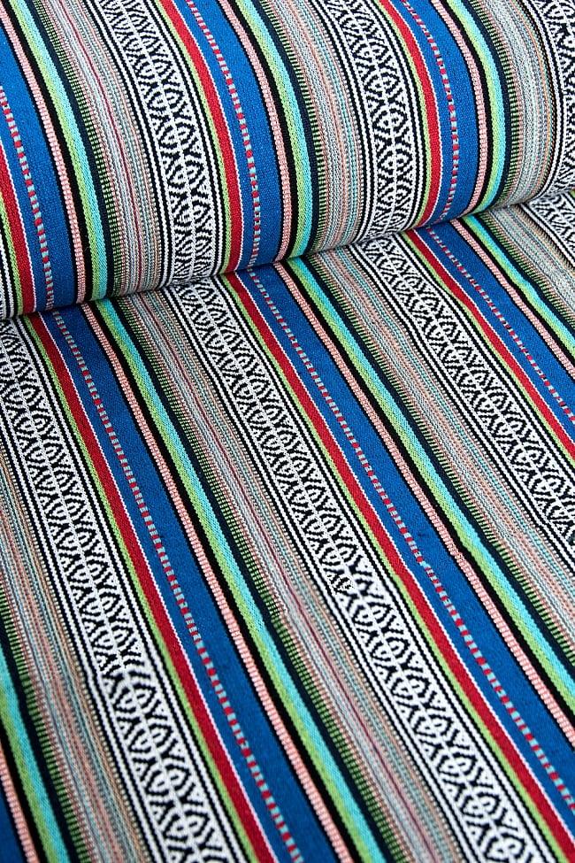 〔50cm切り売り〕ネパール織り生地-厚手〔幅120cm〕の写真2 - デザインが分かるように斜めから撮影してみました。また、端の縫製はこのようになっております。