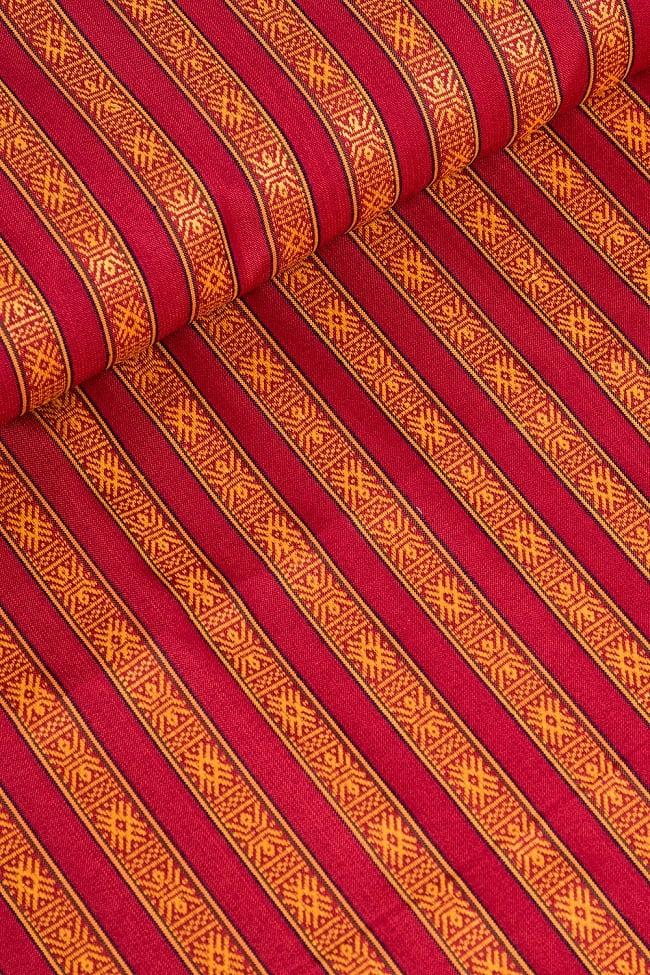 〔50cm切り売り〕ネパール織り生地-薄手〔幅150cm〕の写真2 - デザインが分かるように斜めから撮影してみました。また、端の縫製はこのようになっております。