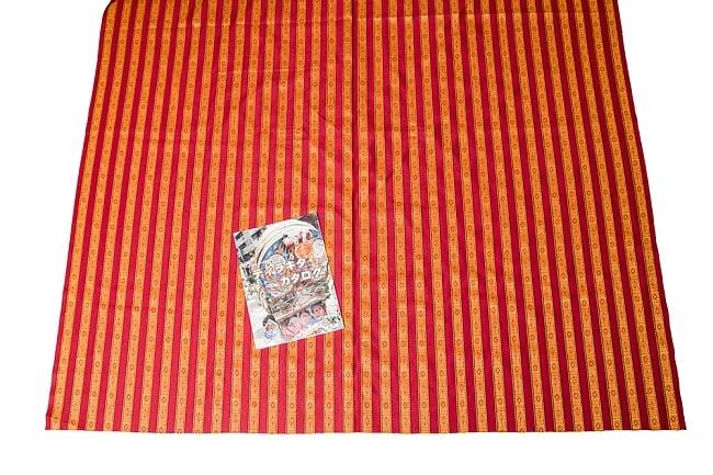〔50cm切り売り〕ネパール織り生地-薄手〔幅150cm〕の写真5 - A4サイズの冊子と大きさを比較してみました。