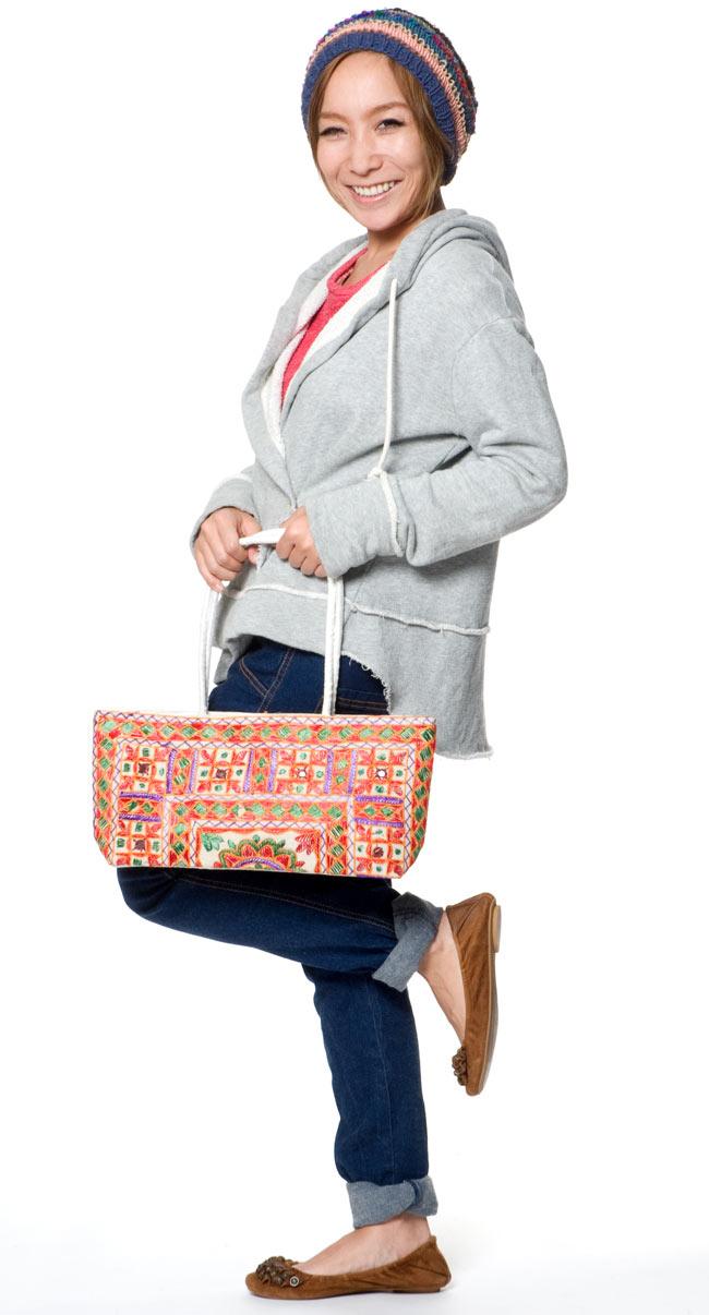 ラジャスタン刺繍ミラー付きバッグ - アイボリーの写真2 - モデルさんの使用例です