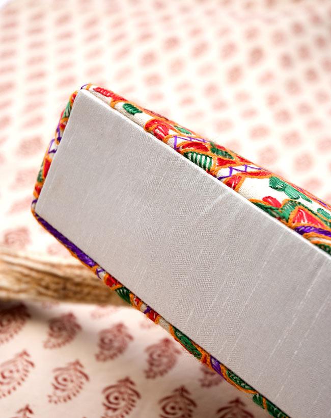 ラジャスタン刺繍ミラー付きバッグ - アイボリーの写真3 - 見えにくい底の部分も、ちゃんと同色でしっかりとしたマチが付いております。
