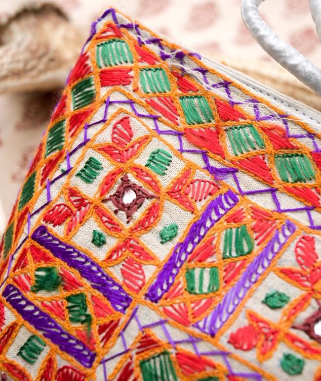 ラジャスタン刺繍ミラー付きバッグ - アイボリーの写真5 - 拡大写真です。きちんとした刺繍にミラーがはめ込まれていて、光があたると綺麗なのも特徴です。かなり手間をかけているのが分かります。