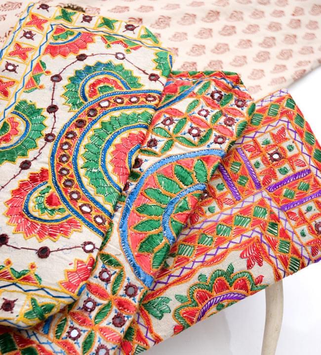 ラジャスタン刺繍ミラー付きバッグ - アイボリーの写真6 - 手作りの刺繍物の為、それぞれ模様が異なるアソート品となります。どちらもとっても素敵な刺繍が施されております。