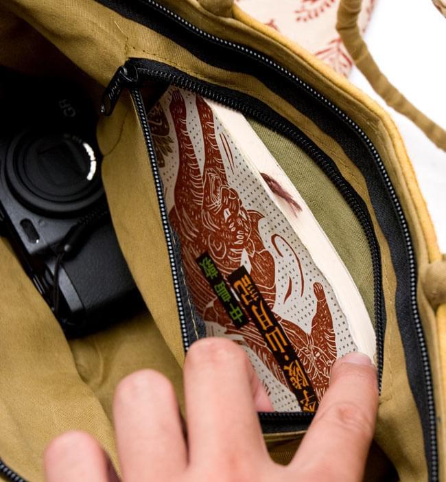 ラジャスタン刺繍ミラー付きバッグ - アイボリーの写真8 - なんと内ポケットも付いています。大きさは文庫本がぴったり入るぐらいです。