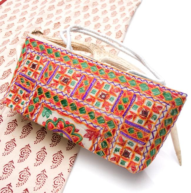 ラジャスタン刺繍ミラー付きバッグ - アイボリーの写真
