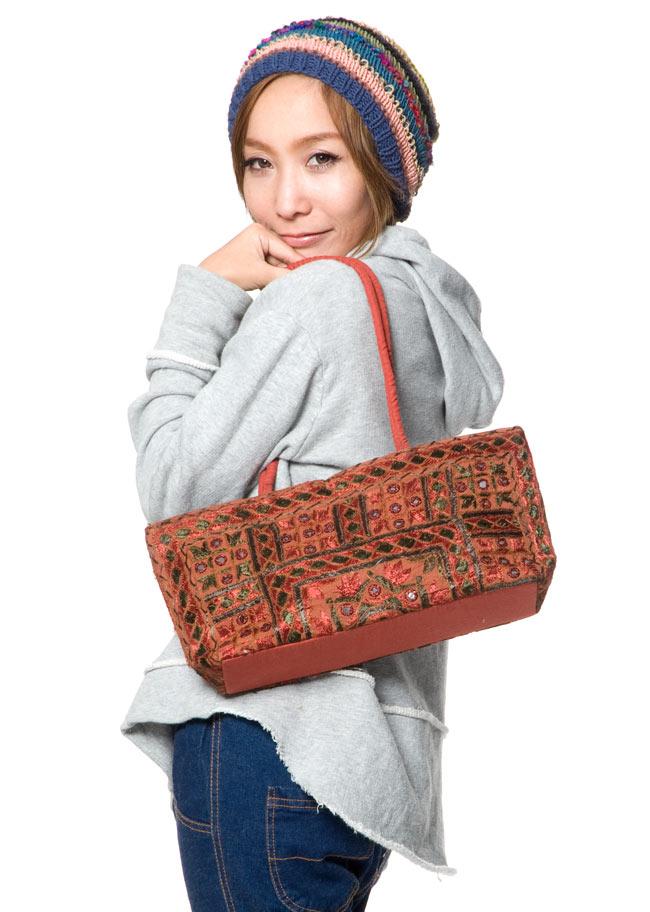 ラジャスタン刺繍ミラー付きバッグ - 茶色の写真2 - モデルさんの使用例です
