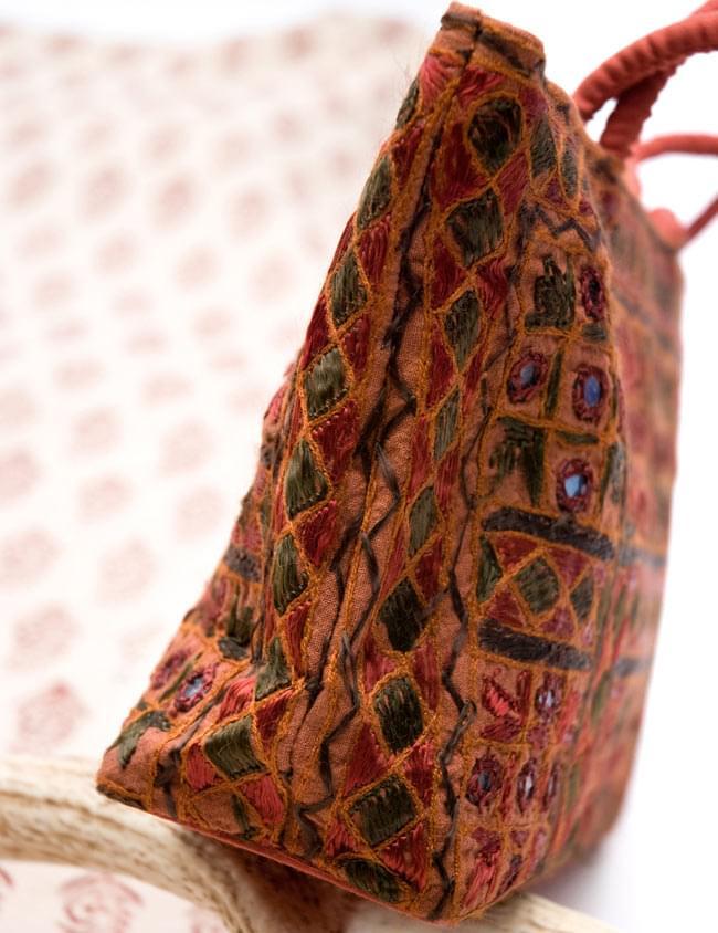 ラジャスタン刺繍ミラー付きバッグ - 茶色の写真4 - 横から写した写真です