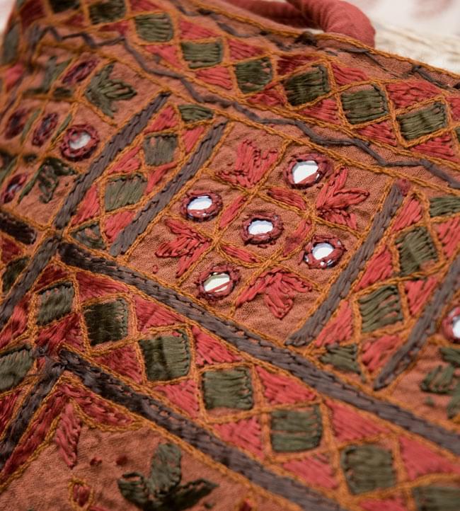 ラジャスタン刺繍ミラー付きバッグ - 茶色の写真5 - 拡大写真です。きちんとした刺繍にミラーがはめ込まれていて、光があたると綺麗なのも特徴です。かなり手間をかけているのが分かります。