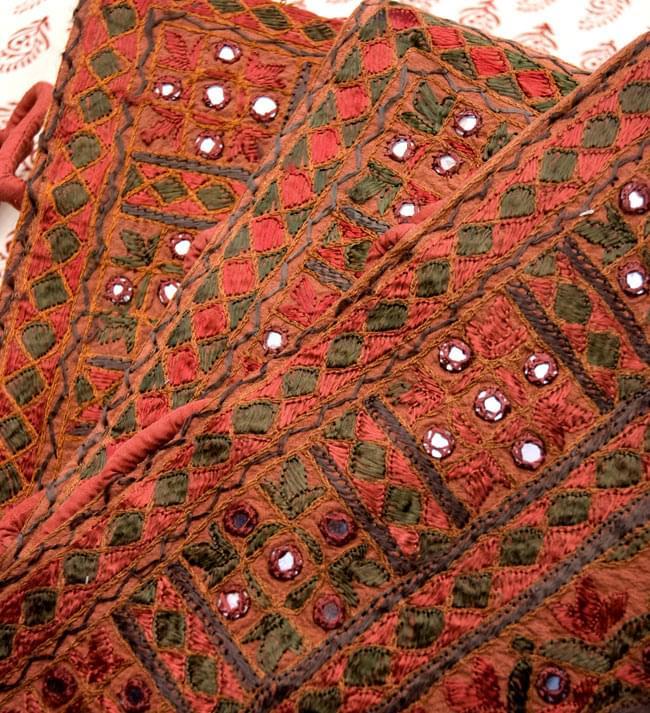ラジャスタン刺繍ミラー付きバッグ - 茶色の写真6 - 手作りの刺繍物の為、それぞれ模様が異なるアソート品となります。どちらもとっても素敵な刺繍が施されております。