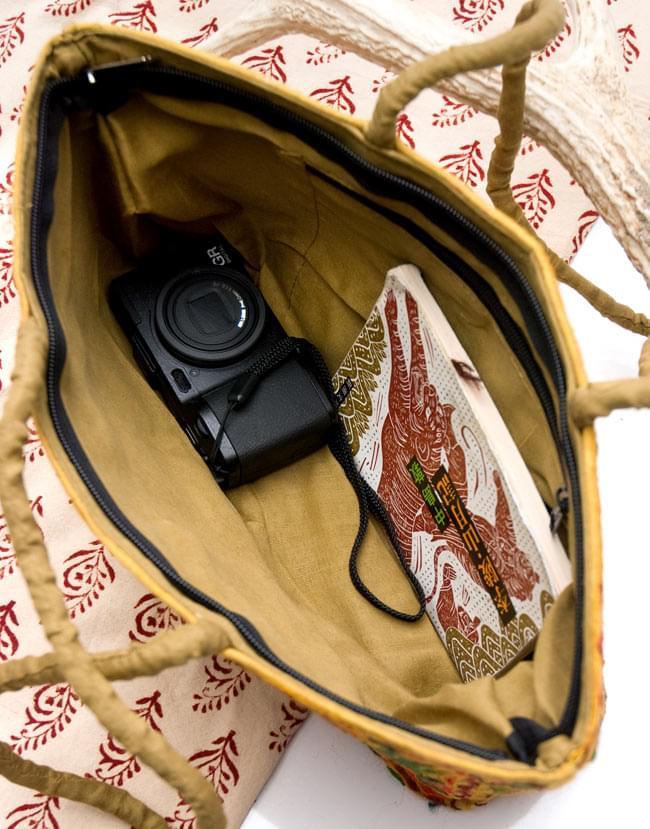 ラジャスタン刺繍ミラー付きバッグ - 茶色の写真7 - 中もしっかりとしてします。マチがついているので物も入れやすく、実用的にお使いいただけます。(以下の画像は、同ジャンル品のものとなります)