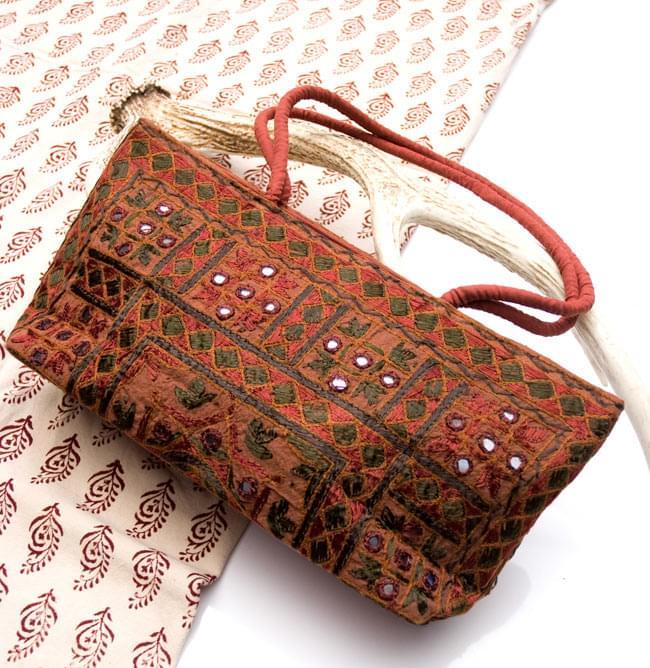 ラジャスタン刺繍ミラー付きバッグ - 茶色の写真