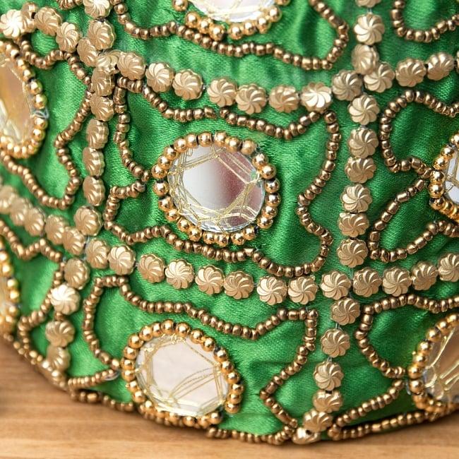 華やかなゴールドビーズ&ミラーワークの巾着ミニポーチ ミニバッグ - グリーン 2 - 光を受けてミラワークがキラキラと反射します。