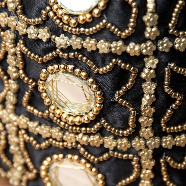 華やかなゴールドビーズ&ミラーワークの巾着ミニポーチ ミニバッグ - ブラック 2 - 光を受けてミラワークがキラキラと反射します。