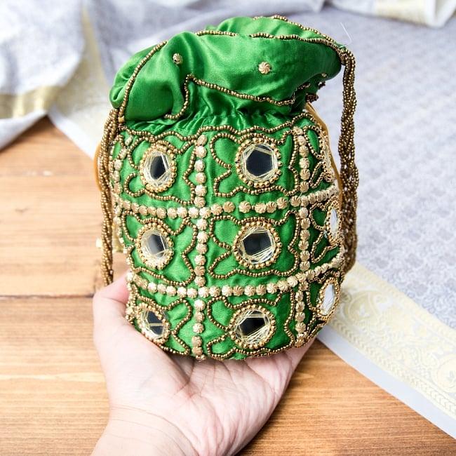 華やかなゴールドビーズ&ミラーワークの巾着ミニポーチ ミニバッグ - ブラック 9 - サイズ比較のため手に持ってみました。(写真は類似商品です。)