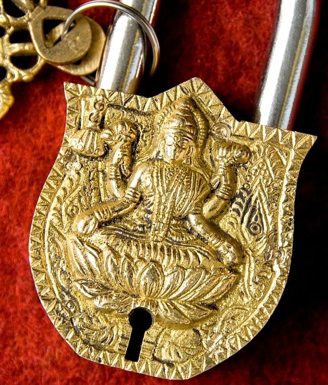 アンティック風ラクシュミー南京錠 2 - 正面から神様の部分を撮影しました。よく造られています。