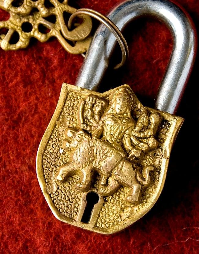 アンティック風カーリー南京錠(小)の写真2 - 正面から神様の部分を撮影しました。よく造られています。
