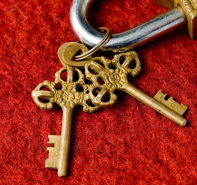 アンティック風カーリー南京錠(小)の写真4 - 鍵です、こちらもアンティーク風に作られています。かわいいですね。