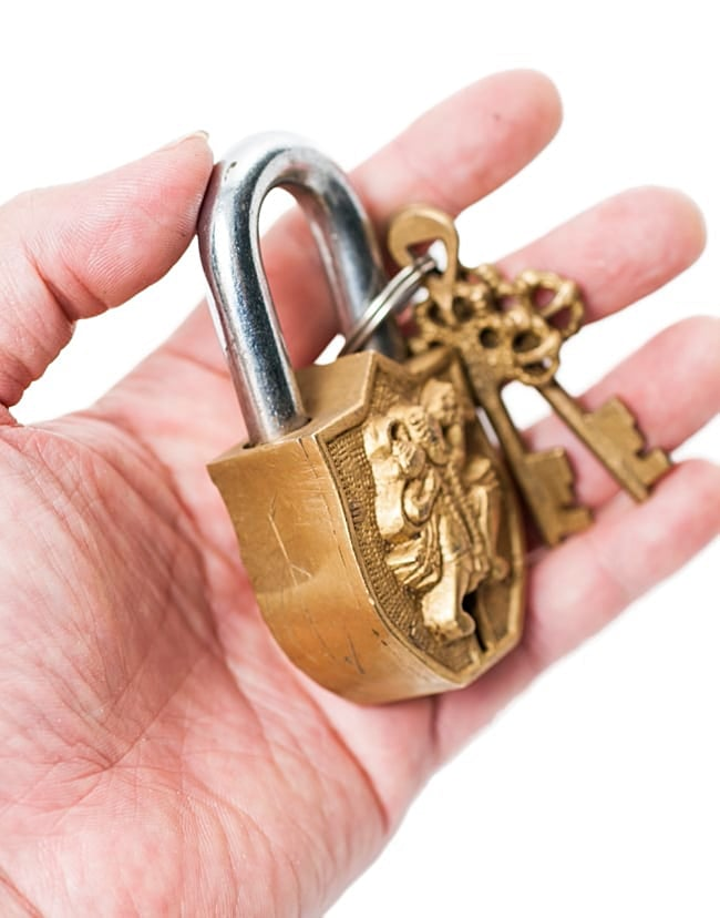 アンティック風カーリー南京錠(小)の写真6 - サイズ感をお分かりいただくため同サイズ商品を手に持ってみました。ずっしり重いです。