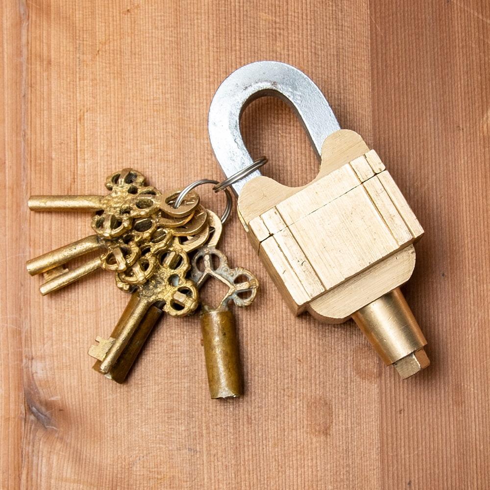 インドの超ごっつい南京錠 - トリプル南京錠 7 - 鍵2組とのセットになります。こちらはデザイン1ブラス