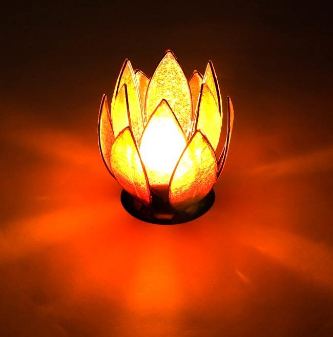 ロータスのキャンドルスタンド -赤の写真5 - 実際にキャンドルを灯すとこんな感じです。
