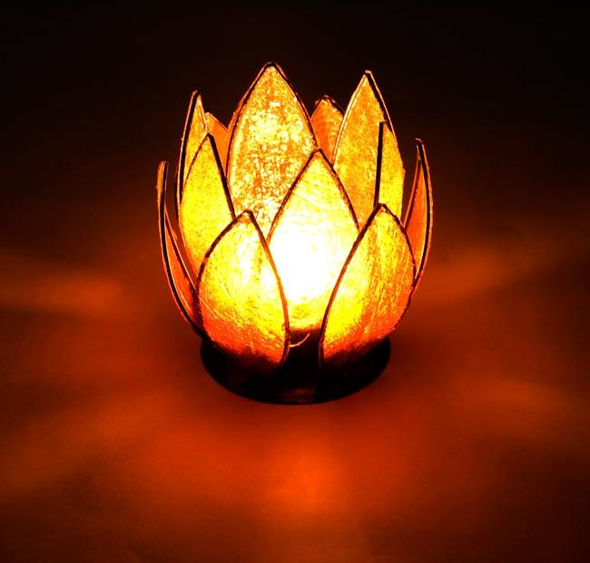 ロータスのキャンドルスタンド - オレンジの写真5 - 実際にキャンドルを灯すとこんな感じです。