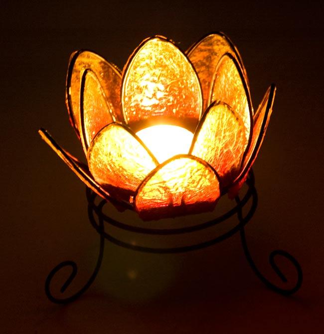 ロータスのキャンドルスタンド -黄の写真5 - 実際にキャンドルを灯すとこんな感じです。