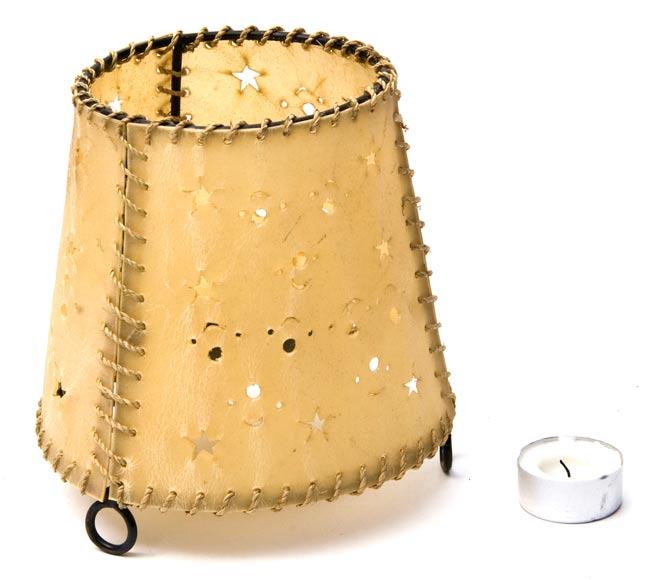 ゴートスキンのキャンドルスタンド の写真4 - ティーキャンドルと比べると大きさが分かりますね。実際にお使いいただくのは長いキャンドルになります。