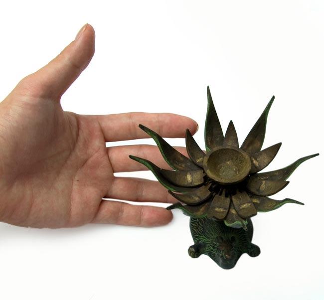 ロータスのお香&キャンドルスタンド - ライオン[緑]の写真5 - 大きさを感じて頂くため、手との比較です