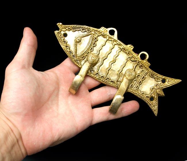 魚の衣類ハンガーの写真4 - 大きさを感じて頂くため、手に持ってみました。