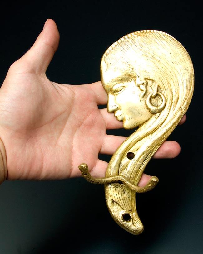 インドの女性の衣類ハンガー [金]の写真5 - 大きさを感じて頂くため、手に持ってみました