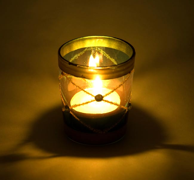 キラキラキャンドルグラス【高さ:6.5cm*横:5.5cm】-グリーンの写真6 - 同じデザインの商品に火を灯してみました。雰囲気が素敵ですね!